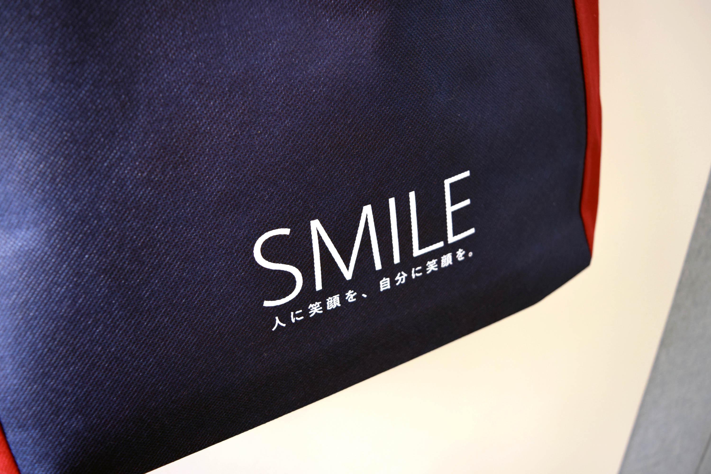オープンスクールイベント用のオリジナル不織布角底バッグ。マチ生地色切り返しのインステッチ縫製。