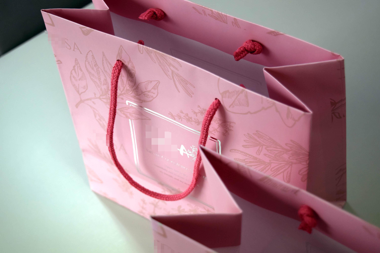 美容メーカー持ち帰り用紙袋。箔押し+マットPPのおしゃれな仕様で、持ち手はスピンドル紐。