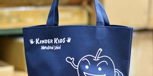 インターナショナルスクール〈キンダーキッズ様〉向け頒布用〈ポリエステル600D+PVCバッグ〉