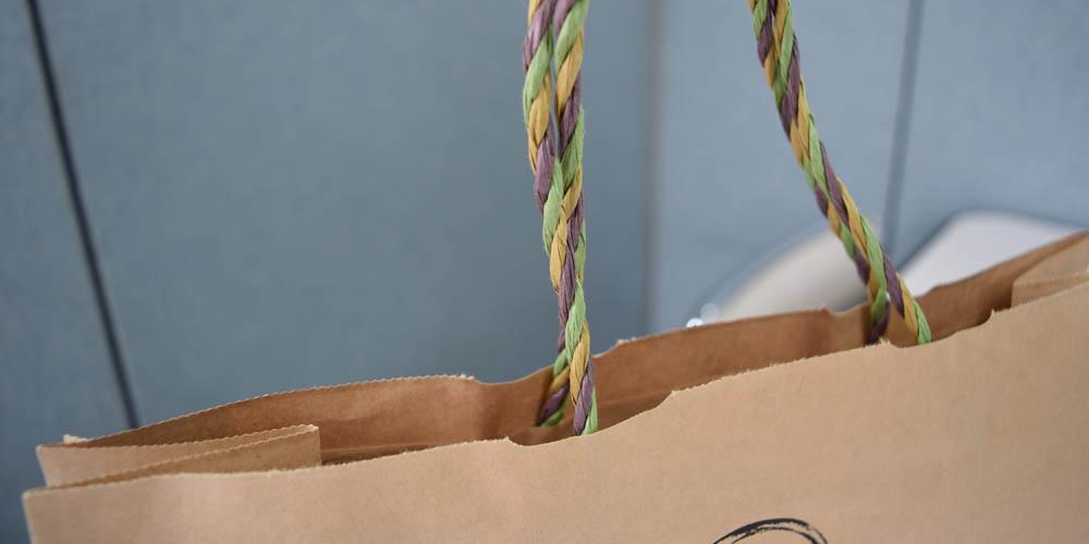 アパレル向けの、フルオーダーメイドによるオリジナル紙袋。大量生産に向きます。