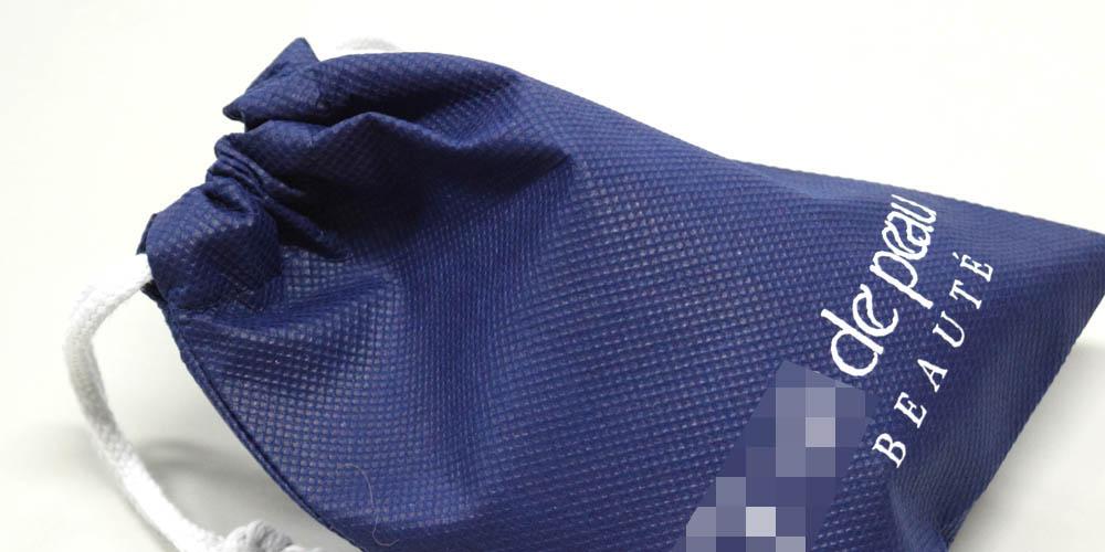 コスメブランドでの新製品ノベルティ・販売特典用、不織布巾着袋(特小サイズ)