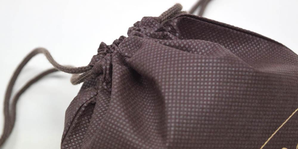 アパレル、雑貨屋などで使いやすいシンプルなデザインの不織布巾着袋