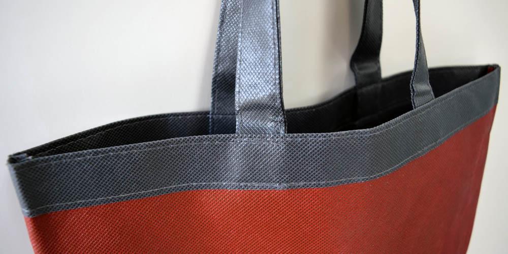 学校でのオープンキャンパス用に。不織布を2層重ねた舟底型手提げバッグ