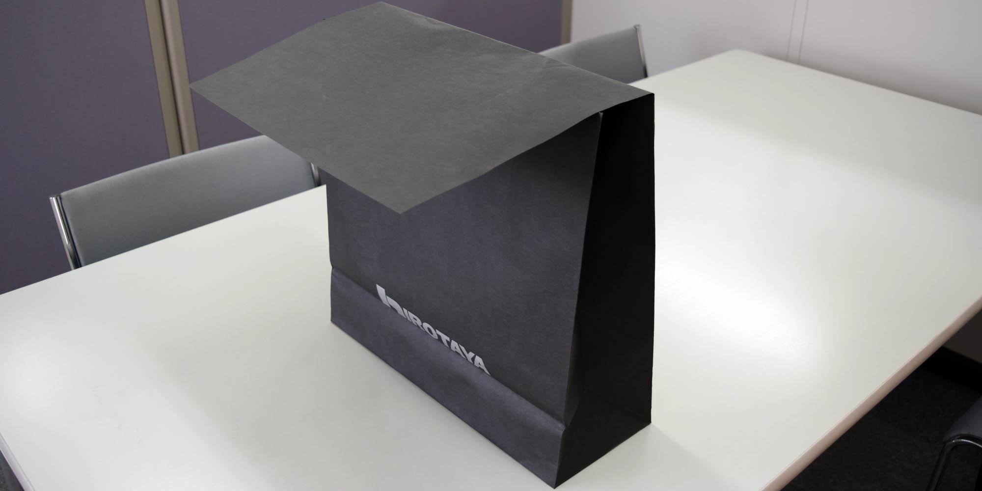 紳士服ショップ向けの大型ギフト用、フタ付き紙袋。コニーラップ紙(黒紙)採用。