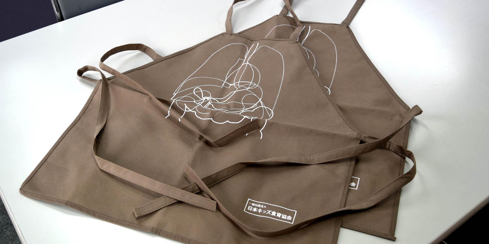 クッキング・DIYイベントや、食育現場での使用等に。オリジナルの子供用不織布製エプロン。